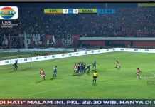 Satu tendangan bebas Irfan Bachdim di babak pertama hanya melayang di atas mistar gawang pada laga Bali United vs Arema FC, Jumat malam.