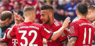Corentin Tolisso disambut rekan-rekan Bayern Munchen saat mencetak gol penyama kedudukan 1-1 pada laga melawan Stuttgart, Sabtu malam, sementara itu wasit di latar belakang sibuk mendengarkan keluhan Franck Ribery.