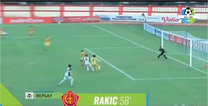 Aleksandar Rakic bersiap menyundul bola untuk meenyamakan skor 2-2 pada laga Liga 1 Indonesia antara Bhayangkara FC vs PS TIRA, Jumat sore.