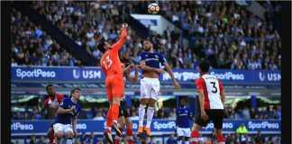 Kiper Southampton Alex McCarthy and pemain Everton Cenk Tosun berebut bola pada laga Liga Inggris, Sabtu tengah malam WIB, di Goodison Park.