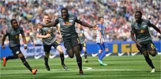 Dayot Upamecano merayakan gol pertama RB Leipzig ke gawang Hertha Berlin pada laga terakhir Liga Jerman di Olympiastadion, Berlin, Sabtu malam.
