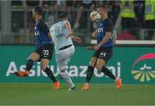 Uh sakit! Bola menghantam muka Ivan Perisic dari jarak dekat sebelum berbelok dan menjadi gol bunuh diri. Namun akhirnya Inter menang 3-2 di kandang Lazio ini.