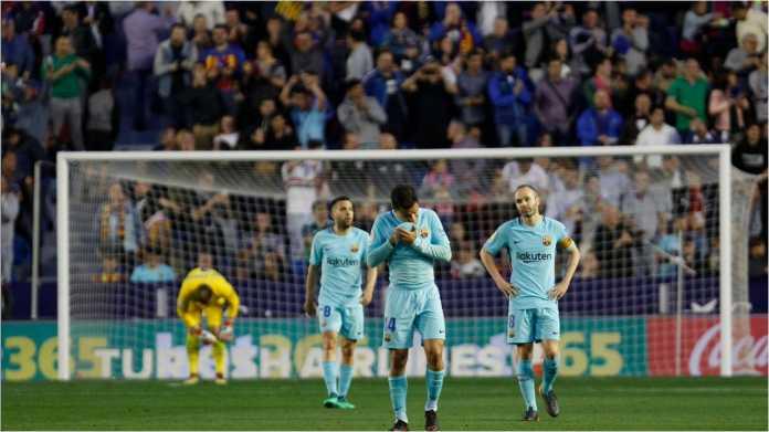 Pemain Barcelona tampak lesu setelah menyadari mereka kalah 5-4 dari tim bawah, Levante, pada Senin dinihari.