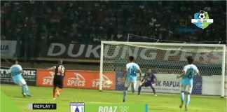 Boaz Solossa mencetak gol ketiga Persipura Jayapura, Sabtu malam, saat menjamu Madura United.