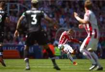 Xherdan Shaqiri menembak ke gawang Crystal Palace untuk menjadi gol penting bagi Stoke City pada laga Liga Inggris, Sabtu.