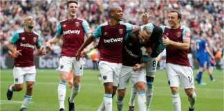 Martin Lanzini dikeroyok oleh rekan setimnya setelah menyumbangkan dua gol bagii West Ham pada laga melawan Everton, Minggu malam.