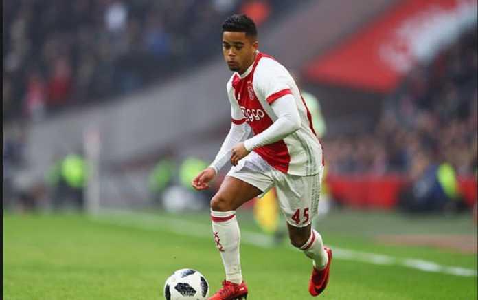 Justin Kluivert mengaku kemungkinan tetap di Ajax musim depan, walau ia hadapi tekanan dan ditaksir sejumlah tim papan atas.