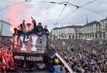 Juventus merayakan gelar ganda mereka musim ini dengan parade bus di pusat kota Turin, Sabtu malam waktu setempat.