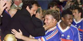 Michel Platini memberi selamat kepada Didier Deschamps, kapten Perancis, setelah mereka menjadi juara pada Piala Dunia 1998.