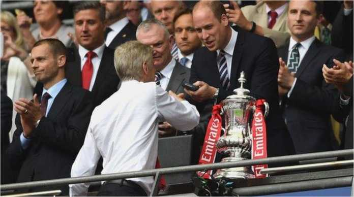 Pangeran William menyerahkan trofi FA Cup kepada Arsene Wenger pada final tahun 2017.