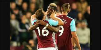 Gelandang Manchester United Paul Pogba saling mencekik dengan pemain West Ham, Mark Noble, pada menit-menit akhir pertandingan Liga Inggris di London Stadium, Jumat dinihari.