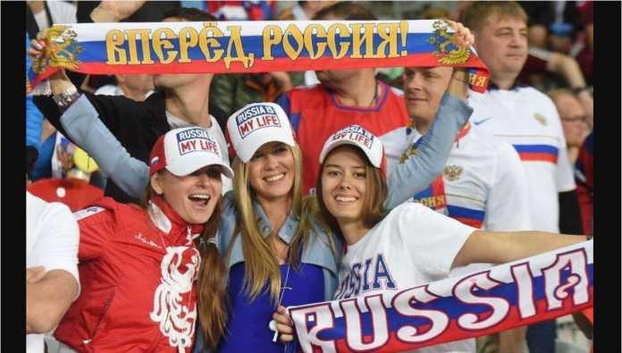 Gadis-gadis Rusia pendukung timnas Rusia pada event Euro 2016 lalu.