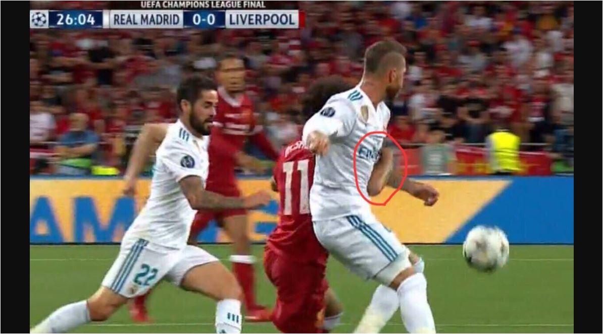Sergio Ramos terlihat dengan sengaja menjepit tangan Mohamed Salah untuk menyeretnya jatuh dan kemudian menindih bahunya.