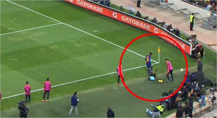 Pemain Barca asal Kolombia, Yerry Mina, tampak dengan sengaja menabrak asisten wasit pada laga persahabatan melawan Mamelodi Sundowns, Kamis.