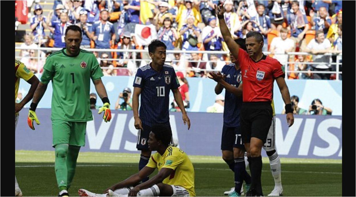 Carlos Sanchez terduduk lesu setelah aksinya menghalangi bola dengan tangannya berujung kartu merah dan pengusiran pada menit 2 laga Kolombia vs Jepang, Selasa malam.