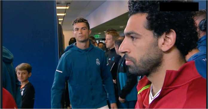 Cristiano Ronaldo tertangkap kamera mengamati Mohamed Salah di lorong Stadion di Kiev, sesaat sebelum dimulainya final Liga Champions.