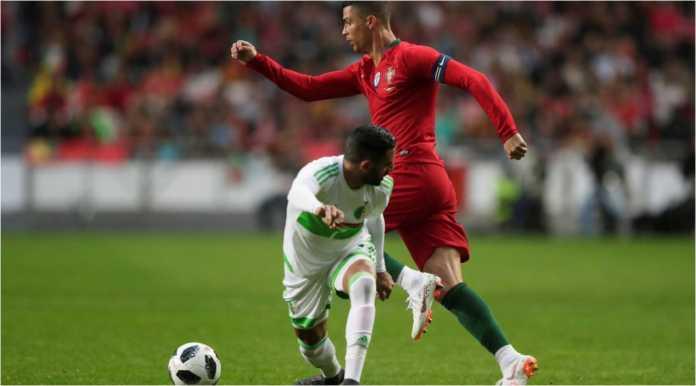 Cristiano Ronaldo melaju melewati satu pemain Aljazair saat Selecao menang 3-0 pada laga persahabatan 8 Juni lalu.
