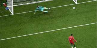 Striker Portugal Cristiano Ronaldo berhasil menaklukkan David De Gea dalam tendangan penalti, yang merupakan satu dari tiga gol yang dilesakkannya ke gawang Spanyol pada laga Piala Dunia 2018.