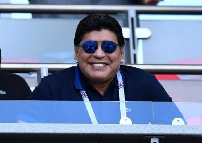 Diego Maradona tetap hadir di tribun penonton Kazan Arena untuk laga Timnas Argentina kontra Prancis, walau dilarang dokter.