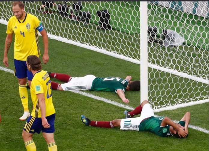 Fans Meksiko agak brutal tunjukkan rasa terima kasihnya pada suporter Korea Selatan usai Korsel kalahkan Jerman, 2-0.