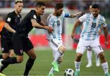 Lionel Messi menggiring bola di bawah pengawalan dua pemain Kroasia, sementara Sergio Aguero memperhatikan pada laga Piala Dunia 2018 antara Argentina vs Kroasia, Jumat dinihari.