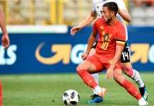 Striker Belgia Eden Hazard beraksi di antara penjagaan pemain Mesir pada laga persahabatan, Kamis dinihari.