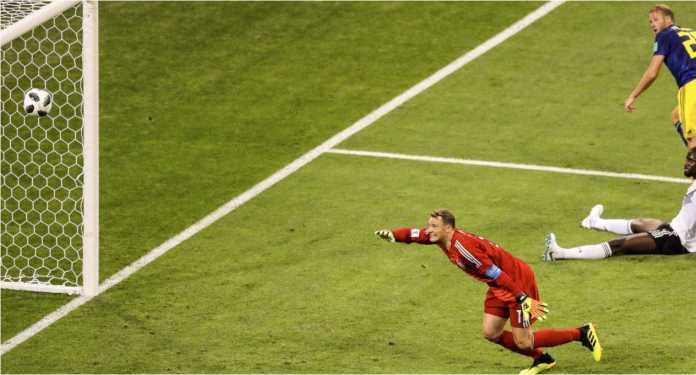 Kiper Manuel Neuer mendongak dan menyeringai saat sadar kebobolan gol pada menit 32 laga Jerman vs Swedia di Piala Dunia 2018, Sabtu dinihari.