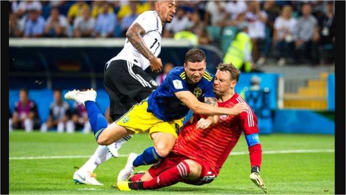Markus Berg terjatuh di dalam kotak penalti Jerman pada satu serangan balik langka dari Swedia pada menit 13 laga Piala Dunia 2018 mereka, Minggu dinihari, di Fisht Stadium, Sochi.