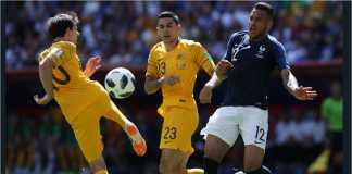 Pemain Perancis Corentin Tolisso berebut bola dengan dua pemain Australia pada laga Piala Dunia 2018, Sabtu sore.