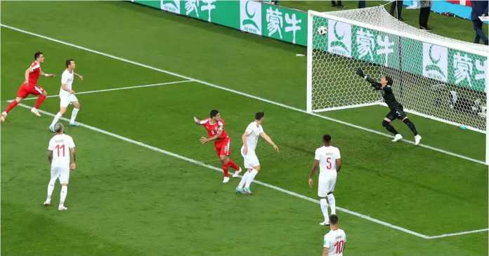 Lihat posisi para pemain Swiss. Mereka tidak yakin gerakan pemain Serbia Aleksandar Mitrovic ini akan menjadi gol.