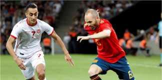 Andres Iniesta mencoba melakukan serangan dalam laga persahabatan Tunisia vs Spanyol di Stadion Krasnodar, Rusia, Minggu dinihari.
