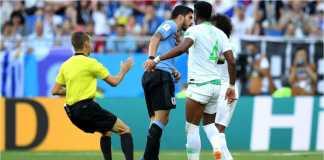 Striker Uruguay Luis Suarez hampir saja mengulangi gigitannya yang terkenal itu pada satu pemain Arab Saudi. Beruntung segera dipisahkan wasit.