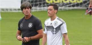 Joachim Loew terlihat bersama Mesut Ozil dalam satu sesi latihan tim Jerman.