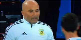 Siapa sih bos Argentina yang sesungguhnya? Pada adegan ini terlihat Jorge Sampaoli harus bertanya ke Lionel Messi, kapan memasukkan Sergio Aguero.