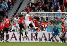 Jose Gimenez menanduk bola pada menit 89 laga Piala Dunia 2018 melawan Mesir, Jumat malam, yang menjadi satu-satunya gol.