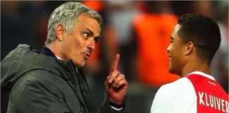 Manajer Manchester United Jose Mourinho berbicara dengan Justin Kluivert usai final Liga Europa dua musim lalu.