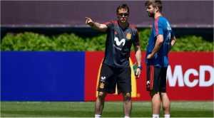 Julen Lopetegui terlihat bersama Gerard Pique pada saat latihan timnas Spanyol.