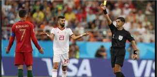 Cristiano Ronaldo terkena kartu kuning setelah menyikut satu pemain Iran tanpa bola.