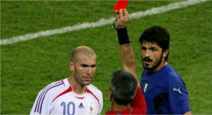 Wasit mengibaskan kartu merah kepada Zinedine Zidane usai ia menanduk dada pemain Italia pada final Piala Dunia 2006.