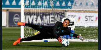 Keylor Navas melakukan penyelamatan gawang Real Madrid dalam satu tugas Liga Champions.