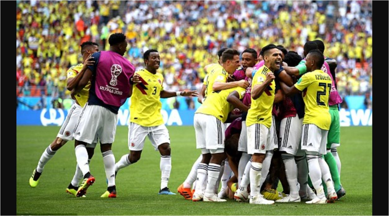 Para pemain Kolombia merayakan gol penyama kedudukan menjelang akhir babak pertama laga mereka melawan Jepang di Piala Dunia 2018.