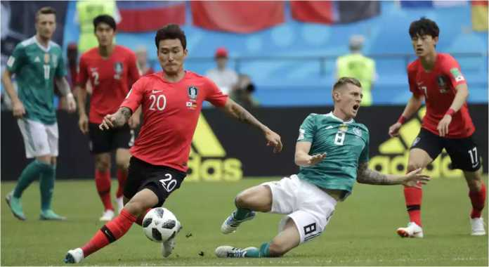 Pemain Korsel Jang Hyun-soo memenangkan perebutan bola lawan pemain Jerman, Toni Kroos, pada laga Piala Dunia 2018, Rabu malam.