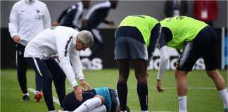 Kylian Mbappe meringkuk di lapangan latihan setelah mengalami cedera di pergelangan kakinya, Rabu.