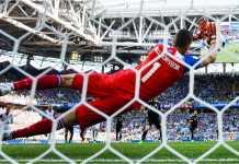 Satu tendangan penalti striker Argentina Lionel Messi pada babak kedua berhasil dijangkau kiper Islandia pada laga Piala Dunia 2018