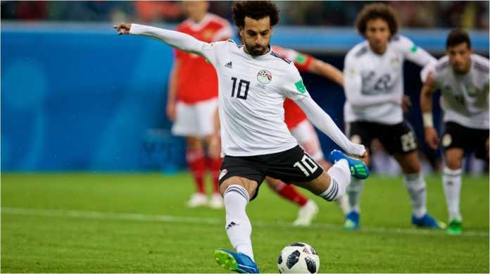 Mohamed Salah saat mengeksekusi penalti ke gawang Rusia pada laga Piala Dunia 2018, Rabu dinihari.