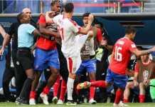 Nemanja Matic diterjang sejumlah pemain Kosta Rika dalam satu perebutan bola out di pinggir lapangan, pada laga Piala Dunia 2018, Minggu malam.