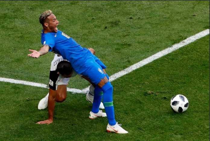 Kapten Timnas Meksiko, Andres Guardado, minta wasit tegas menghukum Neymar jika ia lakukan diving di laga 16 besar antara Timnas Meksiko kontra Brasil, Senin (2/7).