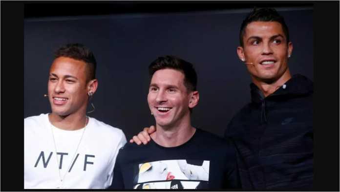 Tiga bintang sepak bola Spanyol (waktu itu): Neymar, Lionel Messi, dan Cristiano Ronaldo berpose sebelum penghargaan Ballon d'Or tahun 2017.