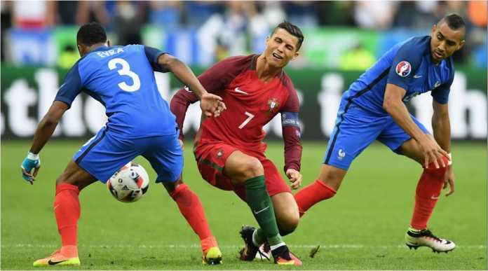 Patrice Evra berduel lawan Cristiano Ronaldo dalam satu laga Prancis vs Portugal di ajang penyisihan Piala Dunia, beberapa waktu lalu.