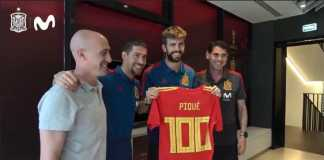 Sergio Ramos persembahkan jersey 100 caps kepada rivalnya di Barcelona, Gerard Pique, di sela-sela acara makan siang Timnas Spanyol, Jumat (22/6) waktu setempat.
